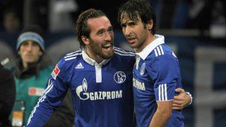 Christian Fuchs y Raúl González Blanco durante su etapa en el Schalke. (AFP)