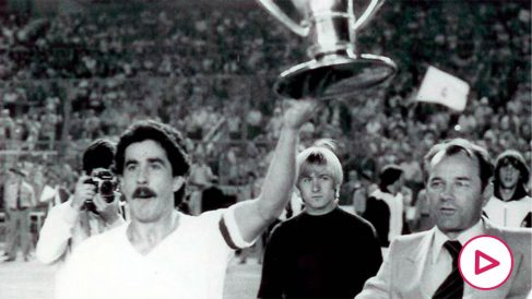 Goyo Benito celebra un título con el Real Madrid.