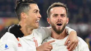 Pjanic celebra con Cristiano un gol. (AFP)