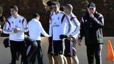 James y Gareth Bale durante un entrenamiento de Carlo Ancelotti en el Madrid. (AFP)