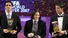 Kaká, Leo Messi y Cristiano Ronaldo en una gala. (AFP)
