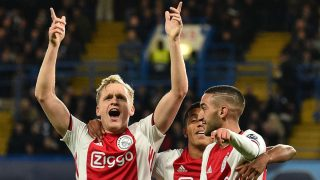 Van de Beek celebra un gol con el Ajax. (AFP)