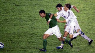 Michel Salgado y Pablo García persiguen a un rival. (Getty)