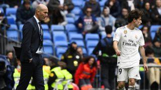 Álvaro Odriozola, durante un partido con el Real Madrid, con Zinedine Zidane en la banda. (AFP)