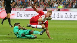 Haaland y Varane, en el partido que enfrentó al Real Madrid y al Salzburgo. (AFP)