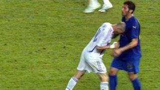 Zinedine Zidane da el famoso cabezazo a Materazzi en la final del Mundial de 2006. (AFP)