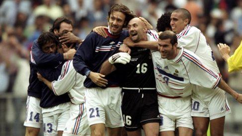 Los jugadores de Francia celebran el Mundial de 1998. (Getty)
