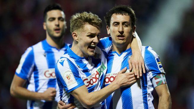 Odegaard y Oyarzabal celebran un gol de la Real Sociedad (Getty).