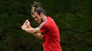 Bale simula jugar al golf en un entrenamiento. (Getty)