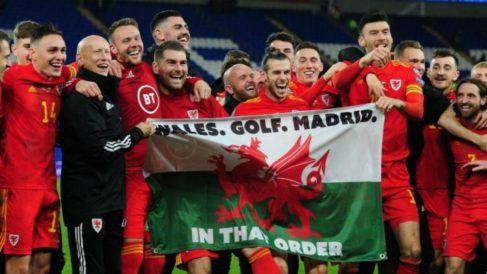 Gareth Bale se ríe junto a sus compañeros y la bandera.