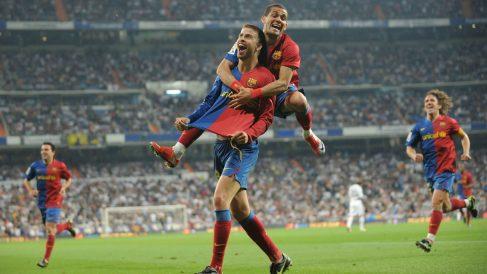 Gerard Piqué celebra el 2-6 en el Real Madrid – Barcelona de 2009 en el Santiago Bernabéu. (Getty)