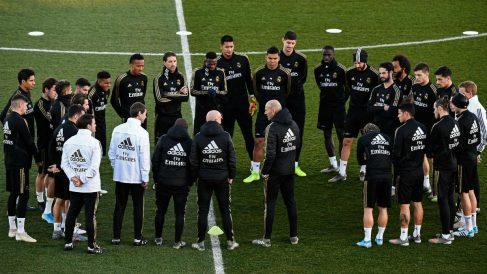 Zidane da instrucciones a sus jugadores antes de un entrenamiento. (AFP)