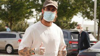 Sergio Ramos, con mascarilla y guantes para pasar el test. (realmadrid.com)
