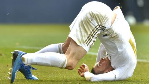 Gareth Bale, por los suelos en un partido del Real Madrid. (AFP)