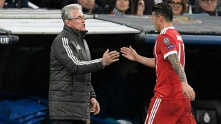 James Rodríguez saluda a Heynckes tras ser sustituido en el Bernabéu. (AFP)