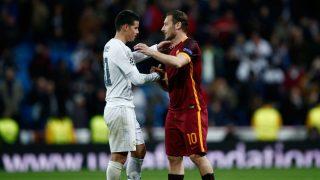 Totti se abraza con James Rodríguez en un partido ante el Real Madrid. (Getty)