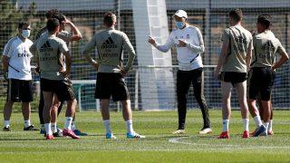 Zidane da instrucciones en el entrenamiento del Real Madrid. (realmadrid.com)