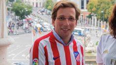 El alcalde de Madrid, José Luis Martínez-Almeida, apoyando a su equipo, el Atlético. (Foto. Madrid)