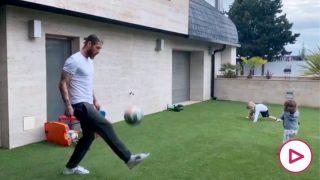 Sergio Ramos y sus hijos 'entrenando' en casa.
