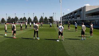 Los jugadores del Real Madrid guardan un minuto de silencio por las víctimas del coronavirus. (Real Madrid)