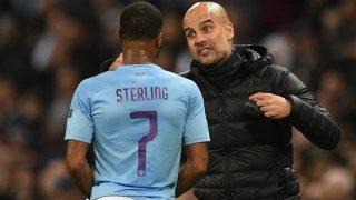 Pep Guardiola da instrucciones a Sterling. (Getty)