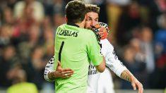 Iker Casillas habla con Sergio Ramos durante la final de la Champions en la que el Real Madrid ganó la Décima. (Getty)