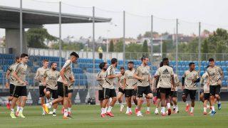 El Real Madrid se ejercita sobre el césped de Valdebebas. (Realmadrid.com)