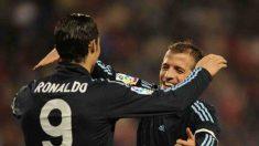 Ronaldo y Van der Vaart se abrazan. (Getty)
