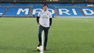 Carlos Sainz Jr., posando en el Bernabéu. (@Carlossainz55)