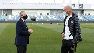 Florentino Pérez habla con Zinedine Zidane en el Alfredo Di Stéfano. (realmadrid.com)