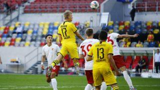 Haaland se eleva para marcar. (AFP)