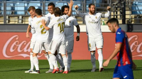 Los jugadores del Real Madrid celebran un gol frente al Eibar. (AFP)