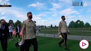 Lo nunca visto: los jugadores del Madrid llegaron andando al Di Stéfano.