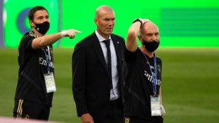 Zidane, junto a su cuerpo técnico, ante el Eibar (AFP).