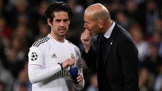 Zidane habla con Isco durante un partido. (AFP)
