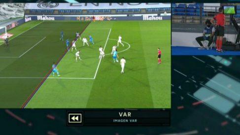 Maxi está en fuera de juego en el gol de Rodrigo.
