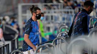 Bale, con mascarilla, se dirige al banquillo. (AFP)