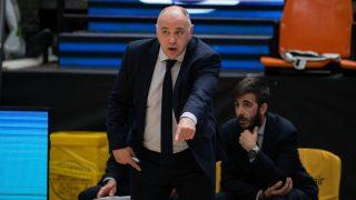Pablo Laso da instrucciones durante el partido. (EFE)