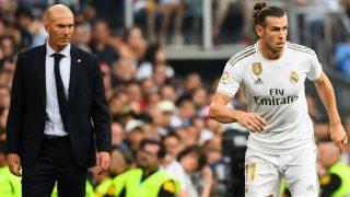 Zidane observa a Bale en un partido en el Bernabéu. (AFP)