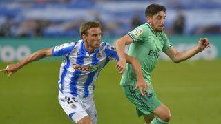 Fede Valverde pugna en Anoeta. (AFP)