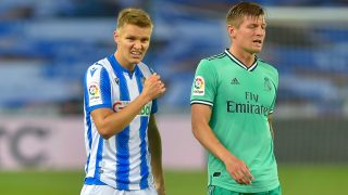 Odegaard, junto a Kroos en el partido. (AFP)
