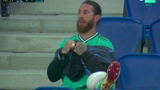 Sergio Ramos, con hielo en el banquillo.