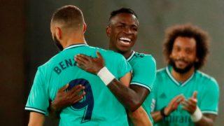 Vinicius celebra un gol con Benzema, en el partido ante la Real Sociedad (EFE).
