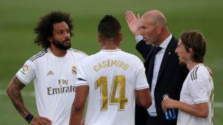 Zidane charla con Casemiro, Marcelo y Modric. (Getty)