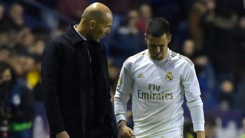 Zinedine Zidane conversa con Eden Hazard tras ser sustituido. (AFP)