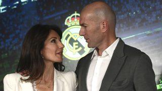 Zinedine Zidane, junto a su esposa Veronique, en su vuelta al Real Madrid. (AFP)