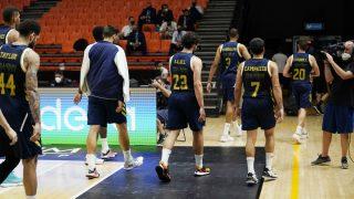 Los jugadores del Real Madrid se marchan tras el partido ante Andorra. (ACB)