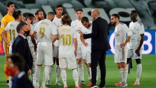 Zidane da indicaciones a sus jugadores durante la pausa de hodratación (EFE).