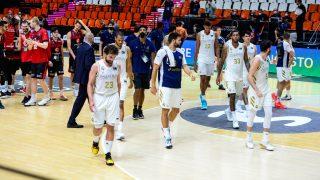 Los jugadores del Real Madrid abandonan el parqué tras el partido ante Zaragoza. (ACB)