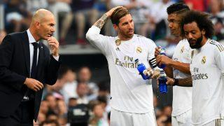 Zidane, Ramos, Marcelo y Casemiro hablan durante un partido. (AFP)